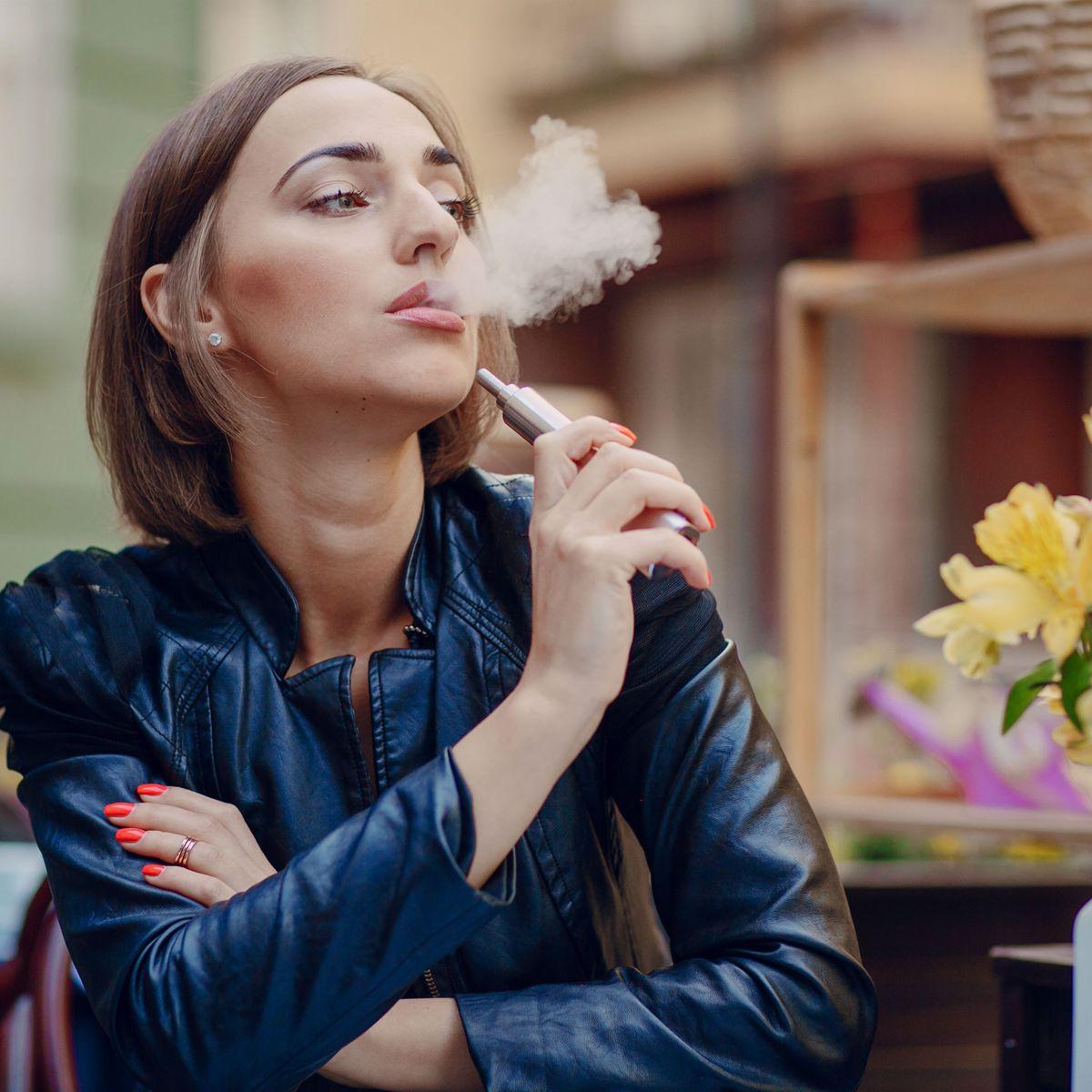 Cigarette électronique : est-ce possible de fumer la cigarette classique et de vapoter au même temps ?